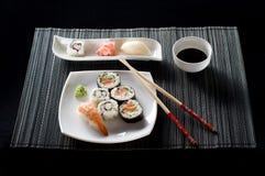Sushi op witte plaat Stock Afbeeldingen