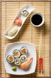 Sushi op witte plaat Stock Afbeelding