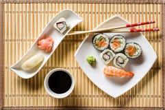 Sushi op witte plaat Royalty-vrije Stock Afbeeldingen