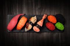 Sushi op zwarte steenplaat Royalty-vrije Stock Afbeelding
