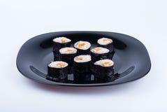 Sushi på den svarta plattan Arkivfoto
