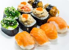 Sushi på den vita maträtten Royaltyfri Fotografi