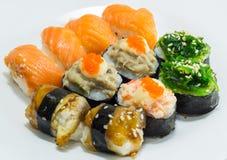 Sushi på den vita maträtten Arkivfoton