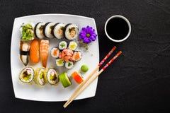 Sushi på den vita plattan royaltyfri foto