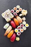 Sushi på en platta Fotografering för Bildbyråer