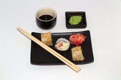 sushi på en platta med wasabi och soya arkivbilder