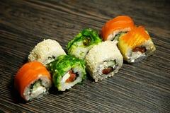 Sushi på en trätabell Arkivbilder