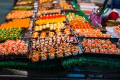 Sushi på försäljning i ett stånd av Thailand royaltyfri bild