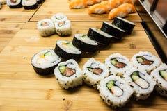 Sushi på trä arkivbild