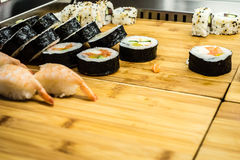 Sushi på trä stiger ombord royaltyfria bilder