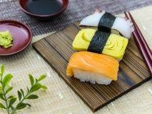 Sushi på trät pläterar Arkivfoton