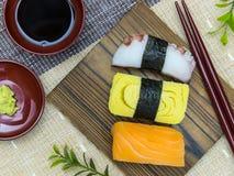 Sushi på trät pläterar Arkivbilder