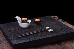 Sushi på trätabellen Arkivbilder