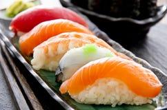 Sushi på den traditionella japanska plattan Fotografering för Bildbyråer