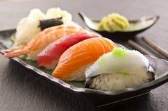 Sushi på en platta Royaltyfria Bilder