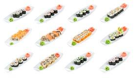 Sushi (petit pain assorti) sur un fond blanc Images stock