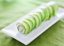 Sushi - petit pain de dragon avec la chair d'avocat et de crabe Images stock