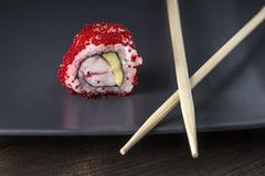 Sushi Petit pain de Tobico de plat gris Image stock
