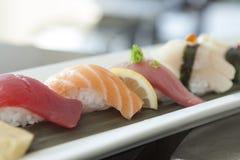 Sushi placcati in una placcatura tradizionale immagini stock