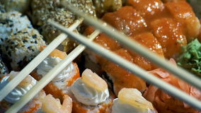 Sushi in plastic doos stock videobeelden