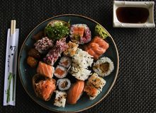 Sushi-Platten-Darstellungs-Soja u. Essstäbchen der hohen Auflösung stockbilder