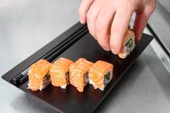 Sushi - prendendo da un piatto Fotografia Stock Libera da Diritti