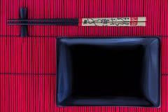Sushi réglés avec un plat noir Photos libres de droits