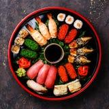 Sushi réglés dans le plat rond noir de Sushioke Photos stock