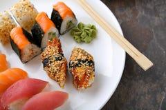 Sushi réglés du plat blanc photo libre de droits