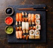 Sushi réglés du plat en pierre noir d'ardoise Photo libre de droits