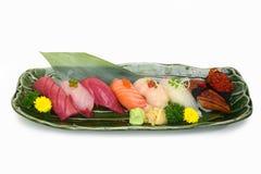 Sushi réglés : Plateau de nigiri de sushi sur le fond blanc de plat avec la coupure photos libres de droits