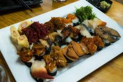Sushi réglés sur la table en bois Photographie stock