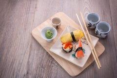 Sushi réglés sur la table en bois Image stock
