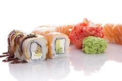 Sushi réglés sur le blanc Photos stock