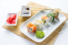 Sushi réglés sur le fond en bois blanc Photo libre de droits