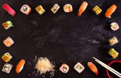 Sushi réglés sur le fond foncé minimalisme Photographie stock
