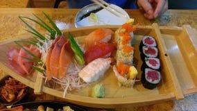 Sushi réglés sur le petit bateau Photos libres de droits