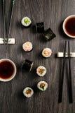 Sushi réglés sur une table en bois photographie stock libre de droits