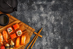 Sushi réglés : sushi et petits pains de sushi de plat en bois Photographie stock libre de droits