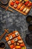 Sushi réglés : sushi et petits pains de sushi de plat en bois Image stock
