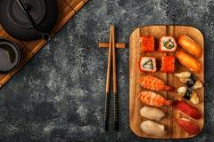 Sushi réglés : sushi et petits pains de sushi de plat en bois Photos libres de droits