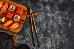Sushi réglés : sushi et petits pains de sushi de plat en bois Images libres de droits