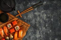Sushi réglés : sushi et petits pains de sushi de plat en bois Photo stock