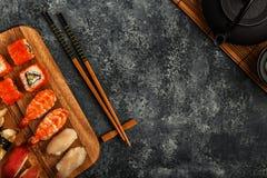 Sushi réglés : sushi et petits pains de sushi de plat en bois Photographie stock