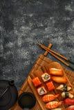 Sushi réglés : sushi et petits pains de sushi de plat en bois Images stock