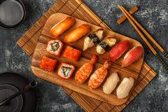 Sushi réglés : sushi et petits pains de sushi de plat en bois Photos stock