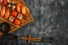 Sushi réglés : sushi et petits pains de sushi de plat en bois Image libre de droits
