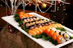 Sushi recentemente preparado para espalhar com kimbap e salmões no whit grande fotografia de stock royalty free