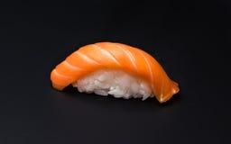 Sushi, Reis, Fisch, salmom, schwarzer Hintergrund Stockbild