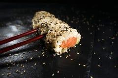 Sushi richten mit Essstäbchen an Lizenzfreies Stockbild